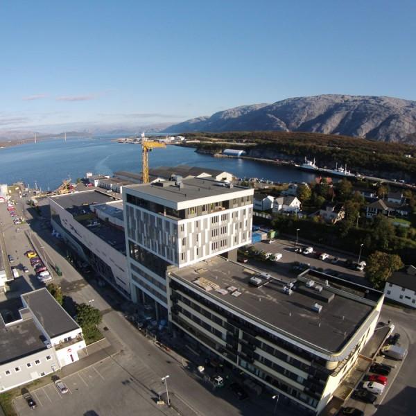 Dronebilde-mot-sørøst-viser-nybygg-hotell-i-ti-etasjer