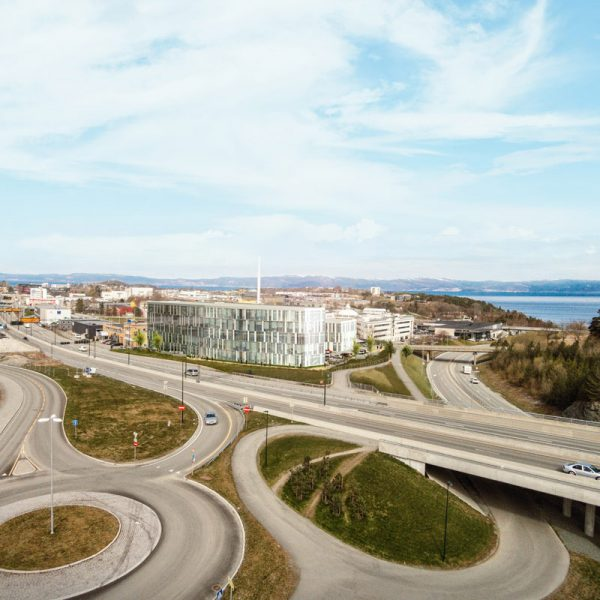 Ranheimsvegen-9-sett-fra-sørøst,-med-Trondheimsfjorden-i-bakgrunnen