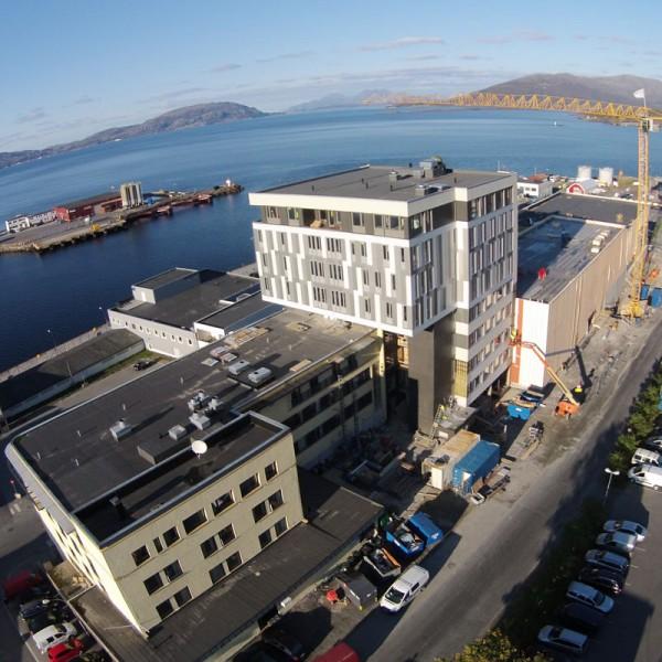 Dronebilde-viser-nybygg-mellom-eksisterende-hotell-og-kulturhus