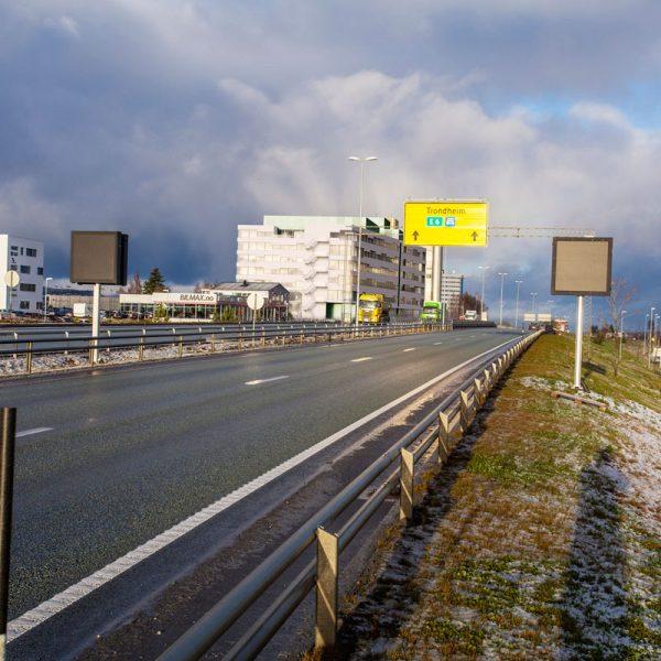 Vestre-Rosten-73-sett-fra-E6-mot-Trondheim